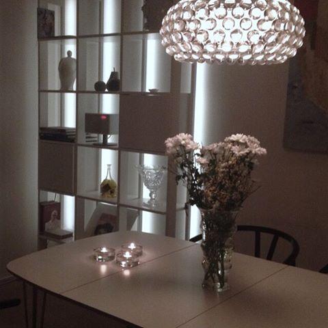 Bokhylla Stripe 3 sektioner med belysning och skåp.